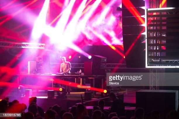 夏の舞台でdj - クラブdj ストックフォトと画像