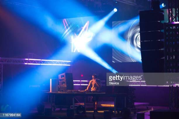 音楽祭でテクノミュージックを演奏するdj - クラブdj ストックフォトと画像
