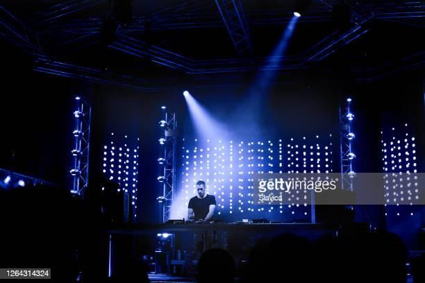 ステージでテクノミュージックを演奏するdj - クラブdj ストックフォトと画像