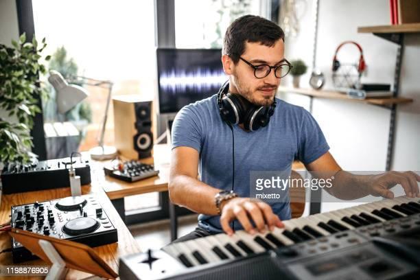 dj arbeitet im heim-aufnahmestudio - produzent stock-fotos und bilder