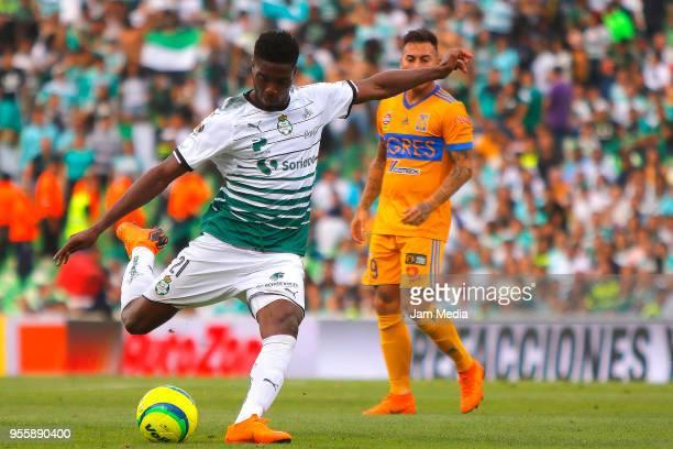 Djaniny Tavares of Santos kicks the ball during the quarter finals second leg match between Santos Laguna and Tigres UANL as part of the Torneo...