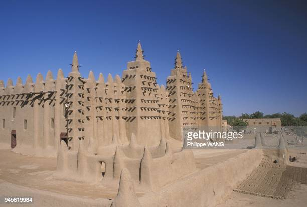 Djenne mosque was made out of banco It is the largest earthmade building in the world and one of the most impressive example of Sudanese architecture...