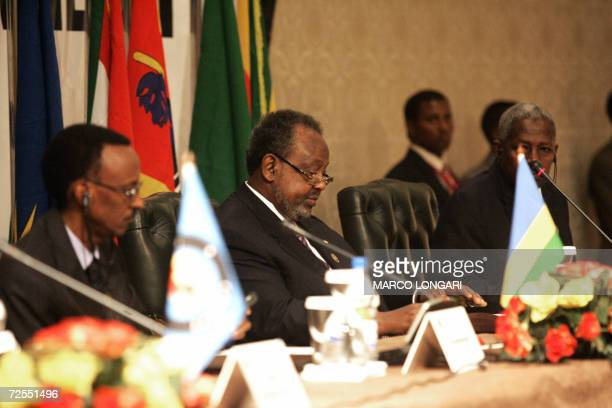 Outgoing COMESA Chairman Rwandan President Paul Kagame and incoming Chairman Djiboutian President Ismail Omar Guelleh attend 15 November 2006 the...