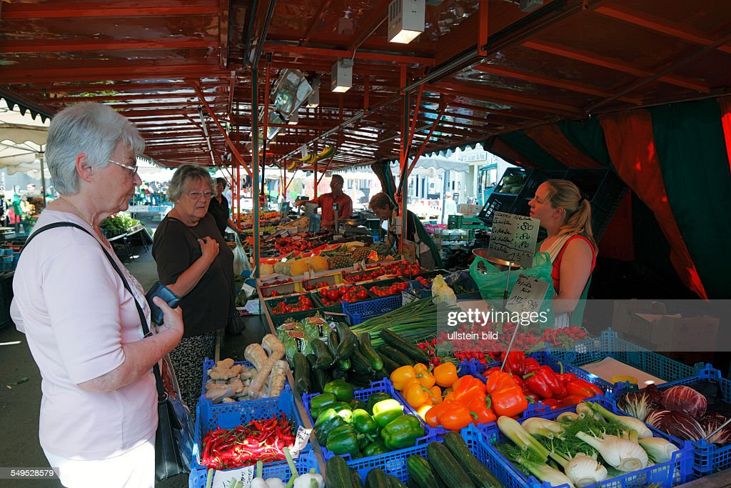 D-Krefeld, Rhine, Lower Rhine, Rhineland, North Rhine-Westphalia, NRW, Westwall Markt, weekly market, market stall, fruits, vegetables, people, purchasers, vendors : Foto jornalística
