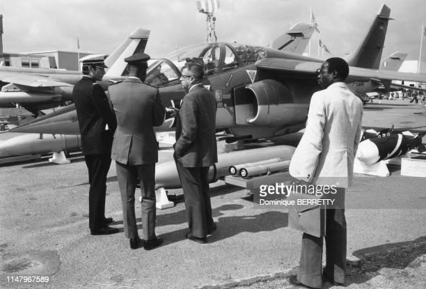 Délégation camerounaise devant un avion 'Alpha Jet' sur le stand Dassault Aviation au salon de l'aéronautique du Bourget de 1977 en SeineSaintDenis...