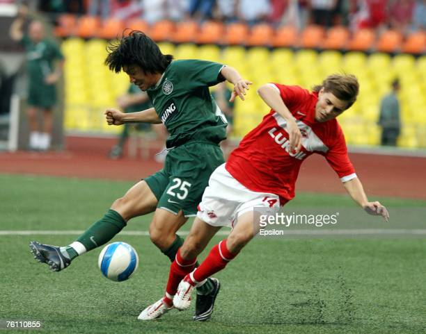 Dmitriy Torbinskiy of Spartak Moscow competes for the ball with Shunsuke Nakamura of FC Celtic Glasgow during the UEFA Champions League third...