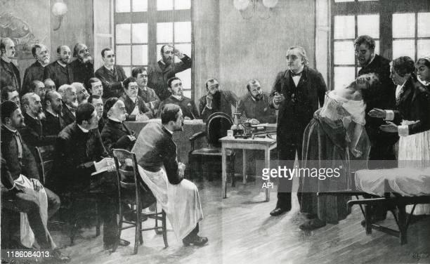 Démonstration d'hypnose sur une femme atteinte d'hystérie par le neurologue JeanMartin Charcot à l'hôpital de la PitiéSalpêtrière en 1885 à Paris...