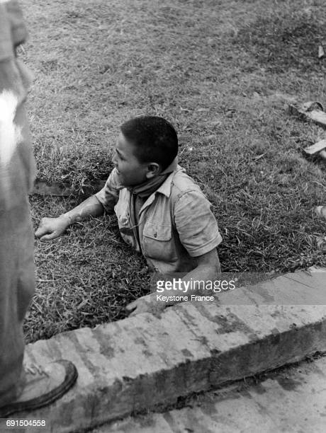 Démonstration du commando Lasserre où une cachette a été découverte et un homme se faufile dans le trou à Hadong Vietnam le 14 mars 1954