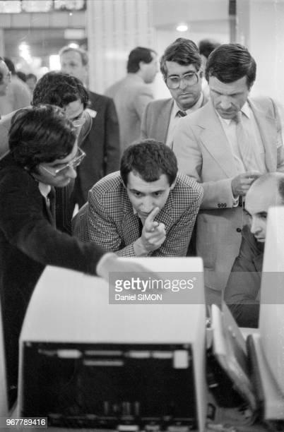 Démonstration d'un nouvel ordinateur au Salon International de l'Informatique de la Communication et de l'Organisation de Bureau au CNIT à La Défense...