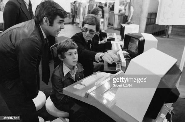 Démonstration d'un ordinateur au SICOB Salon des industries et du commerce de bureau en septembre 1976 à Paris France