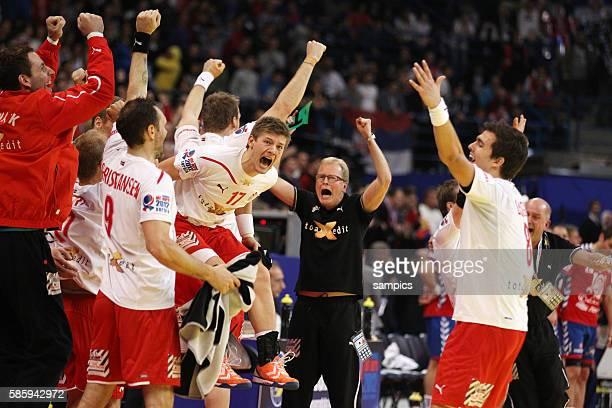 Dänemark ist Europameister 2012 Mannschaft feiert mit Coach Ulrik Wilbek in der Mitte Handball Männer Europameisterschaft Spiel Finale : Serbien -...