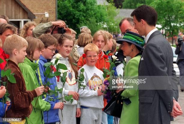 Dänemarks Prinz Joachim und seine Frau Prinzessin Alexandra unterhalten sich am 29.5.97 mit Schulkindern der deutschen Volksgruppe in Tondern. Beim...