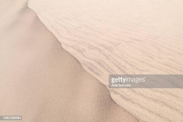 Dünenkamm in Corralejo mit Wellenmuster im Sand