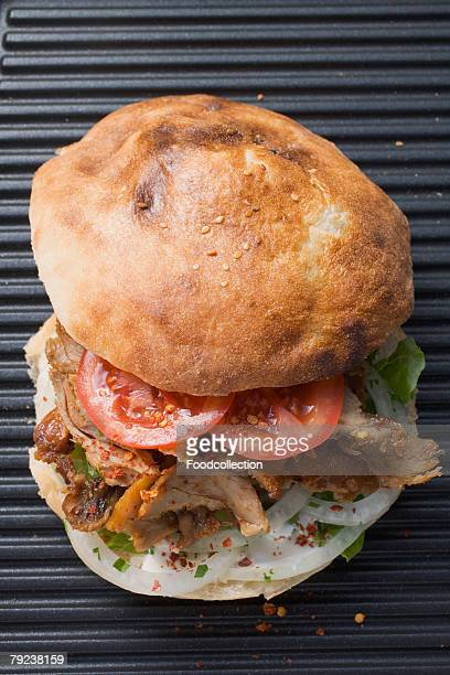 d?ner kebab with tomatoes and onions - dner stock-fotos und bilder