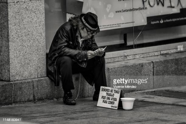 i do not have a job, i ask for help to eat. thank you - vicente méndez fotografías e imágenes de stock