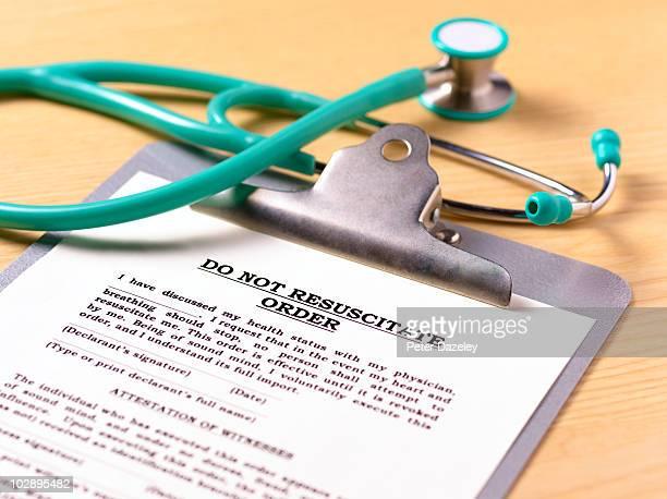 do not resuscitate order form on clipboard - eutanasia fotografías e imágenes de stock