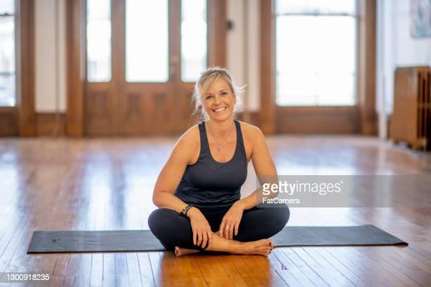 faccio yoga per rimanere in forma - solo adulti foto e immagini stock