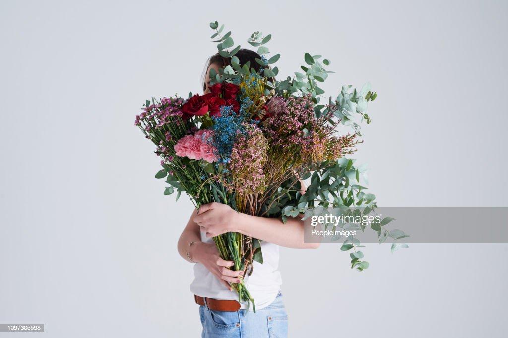 彼女は野生の花だと思いますか。 : ストックフォト