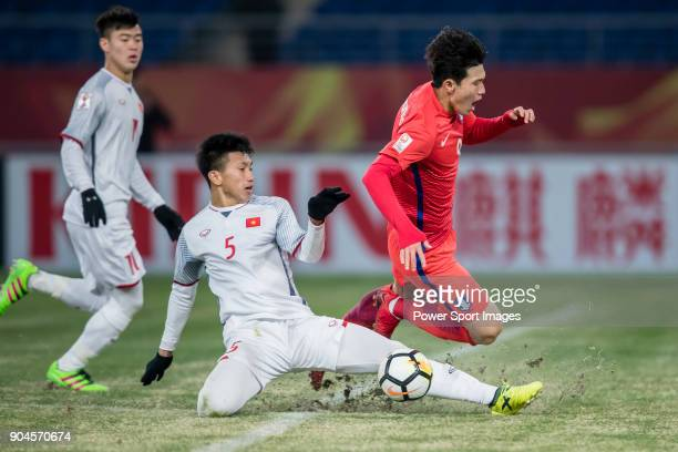 Doan Van Hau of Vietnam fights for the ball with Lee KeunHo of South Korea during the AFC U23 Championship China 2018 Group D match between South...