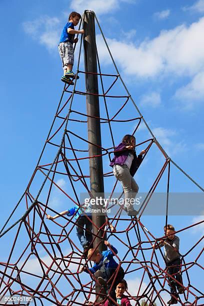 Oberhausen, North Rhine-Westphalia, NRW, Revierpark Vonderort, leisure park, playground, children on a climbing contraption