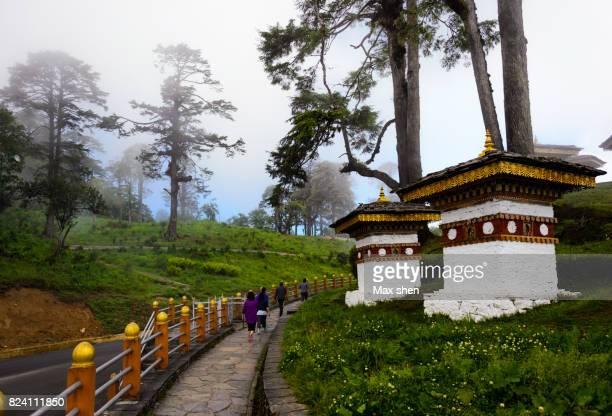 dochula pass with 108 stupas, bhutan. - dochula pass stock-fotos und bilder