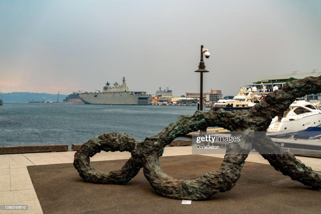 様々なブッシュファイア、シドニー、オーストラリアからのスモッグの夕暮れ時にオーストラリア海軍と王立植物園シドニーのドックランディング船 : ストックフォト