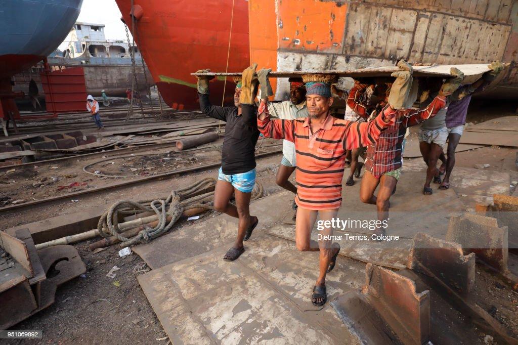 Dock worker in a shipyard, Bangladesh : Stock-Foto
