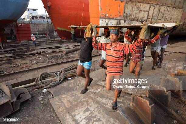 dock worker in a shipyard, bangladesh - dietmar temps - fotografias e filmes do acervo