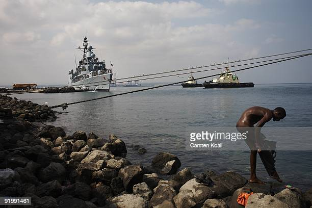 A dock worker washes off the german frigate Karlsruhe in the Port of Djibouti on December 15 2008 in Djibouti The warship F212 of the German Navy...