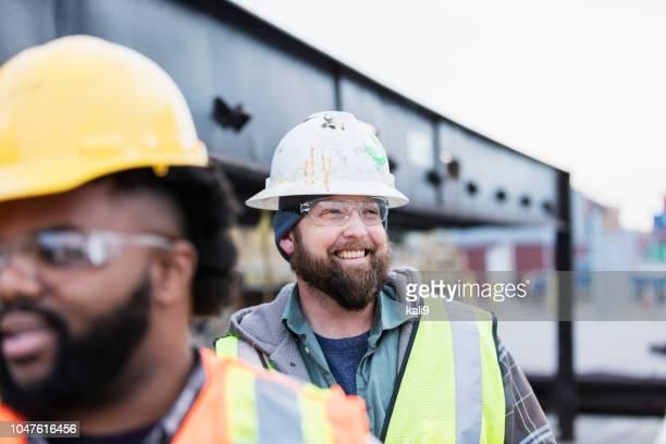 hafenarbeiter im verschiffungshafen - bauarbeiter stock-fotos und bilder