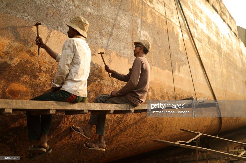 Dock workers in a shipyard, Bangladesh : Stock-Foto