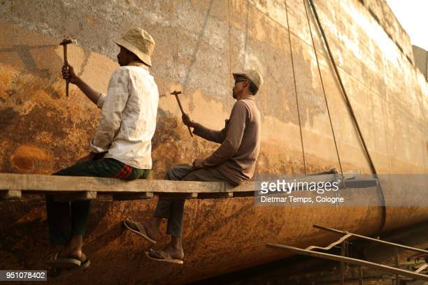 dock workers in a shipyard, bangladesh - dietmar temps 個照片及圖片檔
