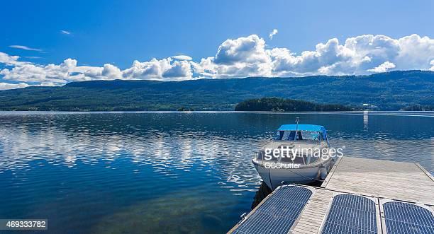 Der direkt vor dem tiefblauen Fjord in Norwegen