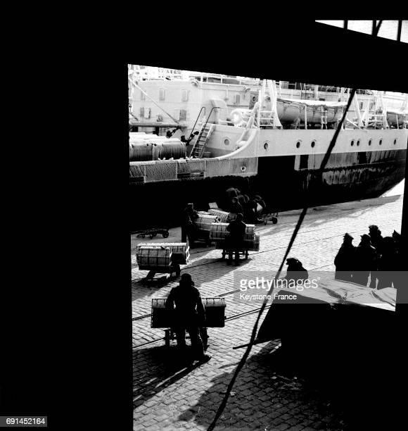 Dockers chargeant un navire sur le port de Marseille France en 1955