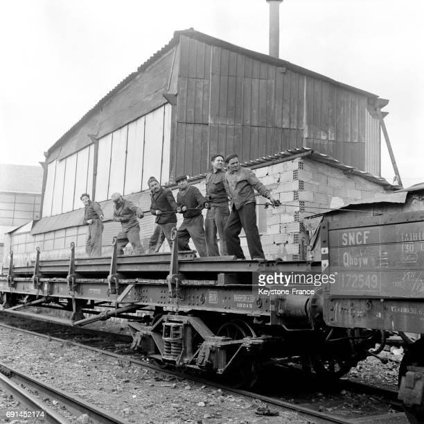 Dockers travaillant sur un wagon dans le port de Marseille France en 1955