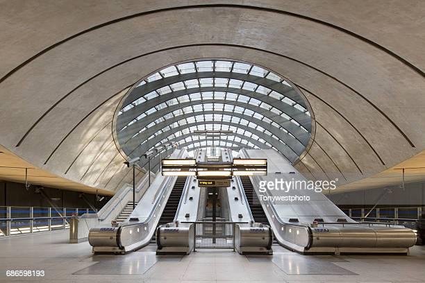 docklands underground tube station, london - ロンドン地下鉄 ストックフォトと画像