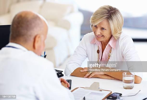 Arzt und Frau Patienten mit einer glücklichen Gespräch