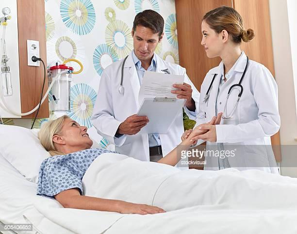 Arzt und Krankenschwester im Krankenhaus, Runden