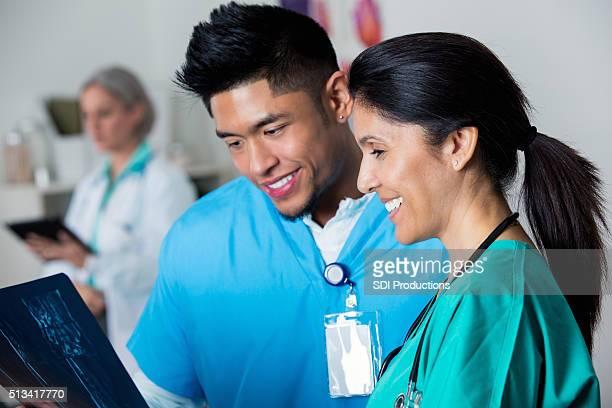 Médico y enfermera paciente de revisión de rayos x