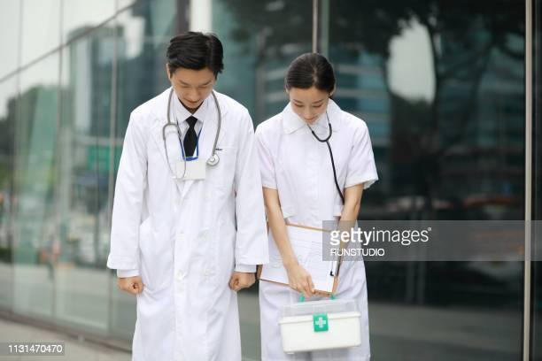 doctor and nurse taking bow - お辞儀 ストックフォトと画像