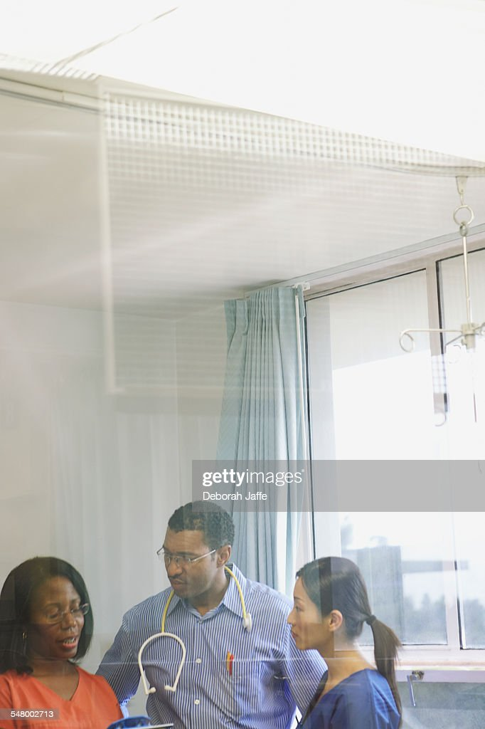 Doctor and nurses having a conversation : Foto de stock
