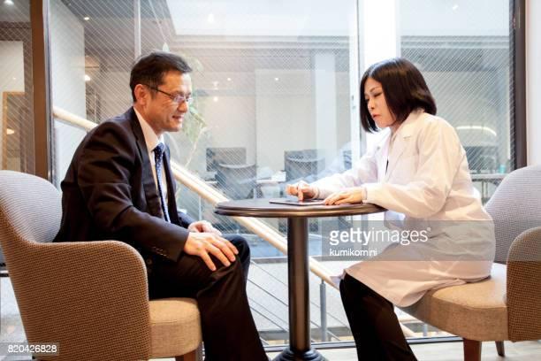 医師と患者の診療所で