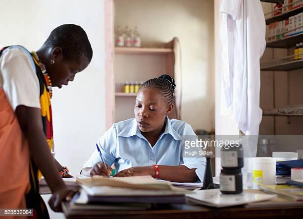 doctor and patient in clinic - hugh sitton stockfoto's en -beelden