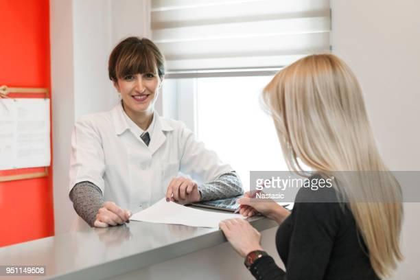 Arzt und Patient Unterzeichnung Verwaltung