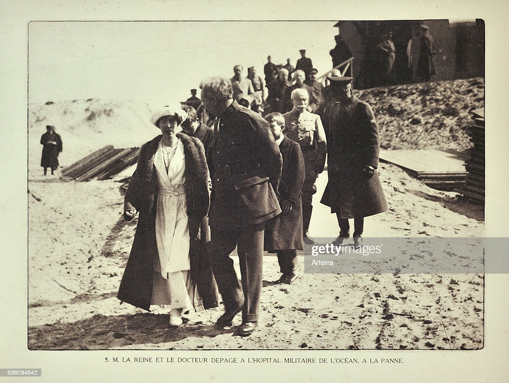Doctor Antoine Depage and queen Elisabeth visiting the Ocean military hospital at De Panne in Flanders : News Photo