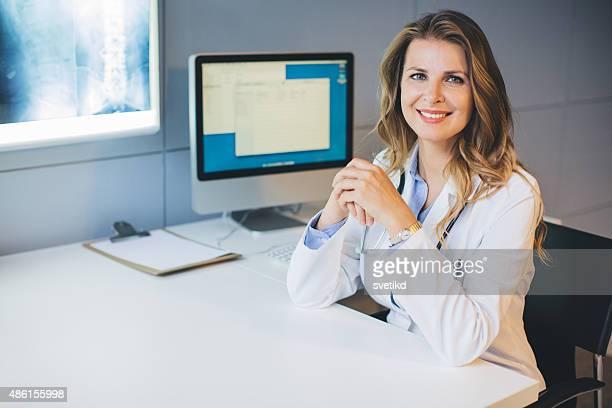 Médico en la oficina.