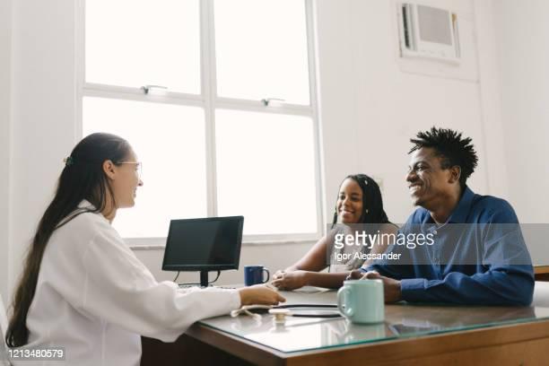 médico atendendo um par de pacientes - attending - fotografias e filmes do acervo