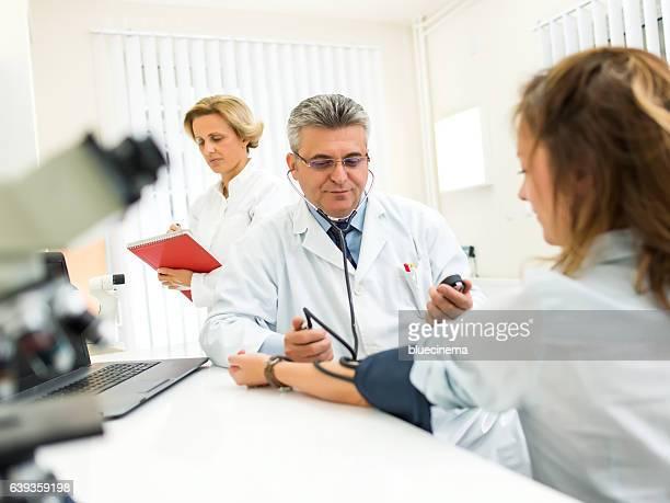 Arzt prüfen den Blutdruck