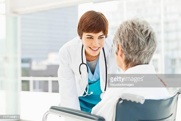 auf ihr patient arzt überprüfen - beugen oder biegen stock-fotos und bilder