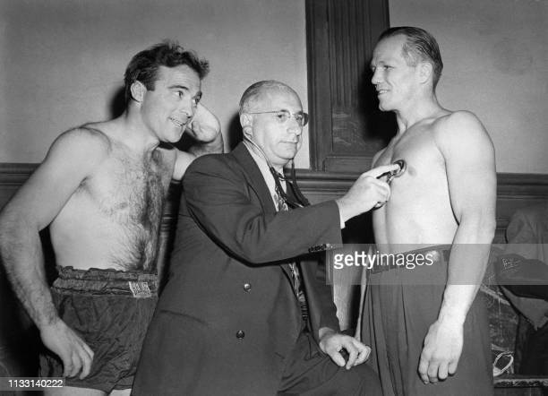 Doctor Cohen examines French boxer Marcel Cerdan and American Tony Zale before their world middleweight championship match 21 September 1948 in...